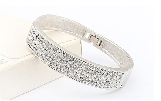 Group Actie - € 9,95 - Armband 'Alice': Schitterende Ovale Bangle Met Clear Crystal Swarovski Elements (Waarde € 49.95)